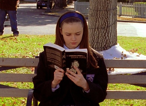 Rory Gilmore (Alexis Bledel) reading