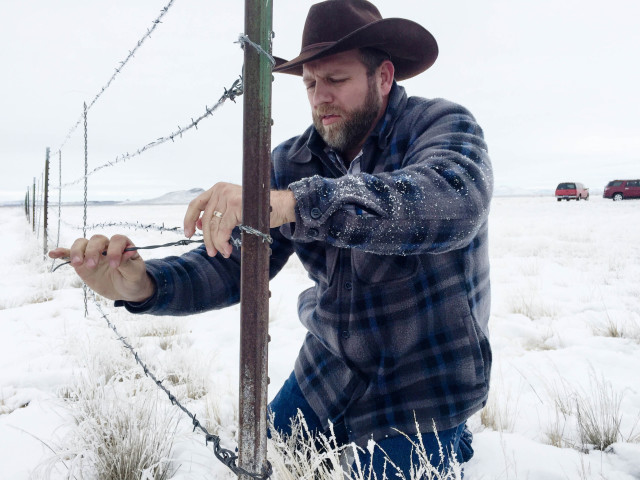 Ammon Bundy dismantles a fence at the Malheur National Wildlife Refuge