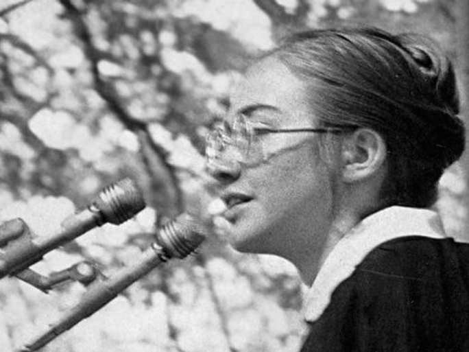 Hillary Clinton at 1969 Wellesley commencement